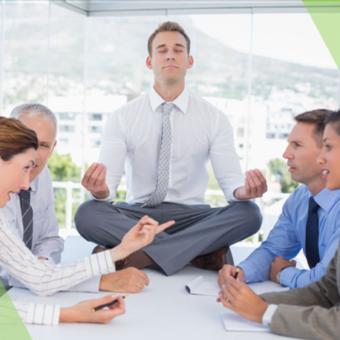 gestire le emozioni sul lavoro: immagine di uomo d'affari meditando durante una runione conflittiva